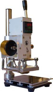 Presse à chaud avec possibilité de réglage de la température et thermostat.
